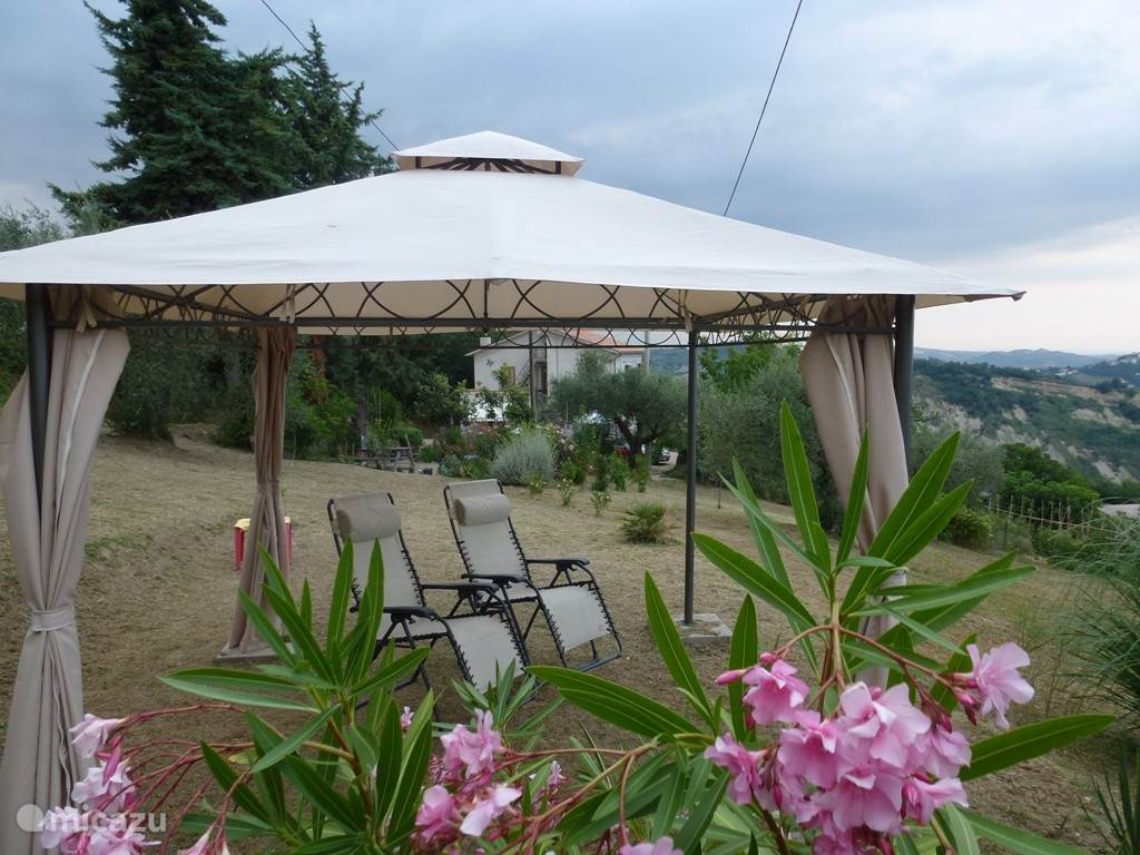 The garden consists of one hectare of land with olive trees, fruit trees, and above all wonderful places to relax. Under the gazebo are two sitting / lounge chairs where you can laze hours and enjoy the beautiful view. Even on hot days, this is a lovely place.