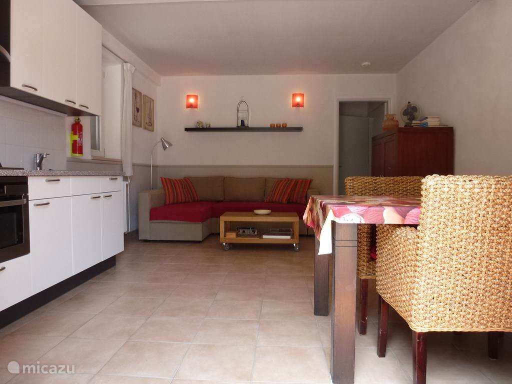 Come with 4 people, there is a large sofa bed (140 x 200) with some storage space in the bank. There is a TV with all Dutch channels, there is wireless internet, there are games, some books and magazines.