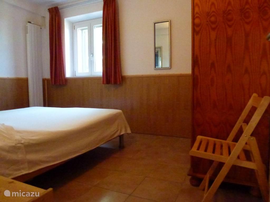 De slaapkamer heeft een ruim bed (160 x 200) met verstelbare Auping spiraalbodems en goede matrassen. Er is een ruime linnenkast met hang en leg ruimte. Deze kamer ligt op de meest koele plek van het huis. Ook hier zijn horren en luiken.