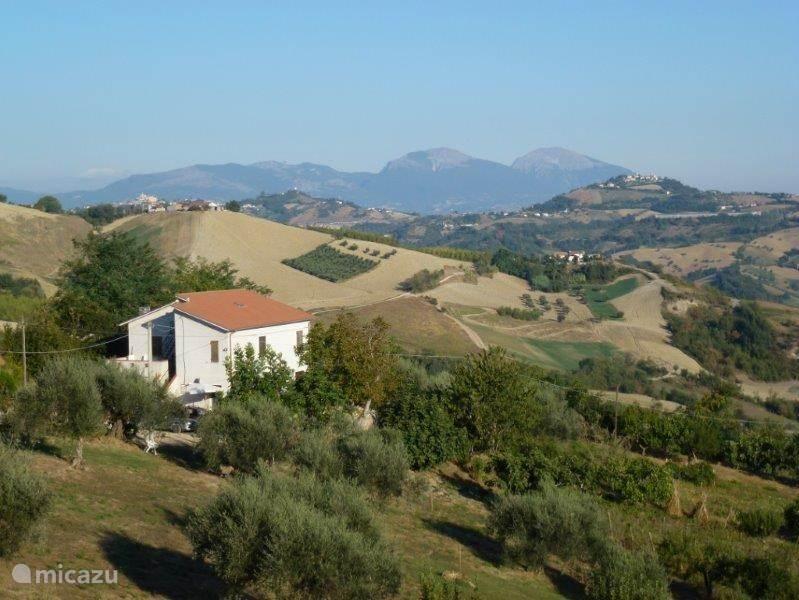 De vrije ligging van het huis in de heuvels van Abruzzo, op de achtergrond de bergen.