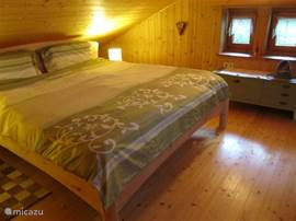 The main bedroom under the attic roof with a natural wooden double bed of 180cmx200 cm, mattresses and slat bases of very good quality. A healthy night's sleep guaranteed.