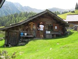 Christa will stay here in the summer with her kids, Heidi the horse, a few pigs and dogs. This is a very nice walk from the chalet up here.