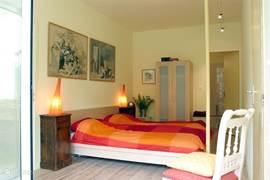 Slaapkamer van Isabel met openslaande deuren naar de loggia