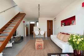 woonkamer met trap naar de eerste verdieping