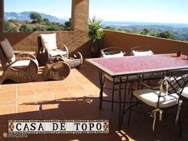 's-Ochtend een heerlijk ontbijt in de zon en tot in de kleine uurtjes genieten van het uitzicht op de lichtjes van Mijas en Fuengirola.