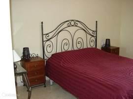Heerlijk ruime slaapkamer via schuifpui direct naar terras.