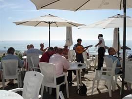Een terras aan de Middellandse Zee bij Elviria.