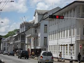 Een van de markantste straten van Paramaribo met koloniale gebouwen die op de Unesco Werelderfgoed lijst staan