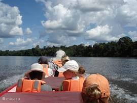 Op avontuur in de natuur. Varen over één van de vele rivieren is een aanrader!