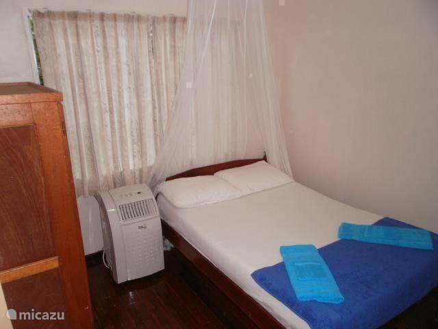 Tweepersoonskamer met linnenkast; de ramen zijn voorzien van horren als u de ramen open wilt laten als u slaapt. Voor nog meer verkoeling is deze kamer voorzien van airco voor €3 per dag extra.