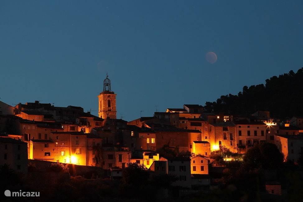 Uitzicht op het dorp in de avond