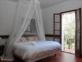 Slaapkamer met openslaande deuren.