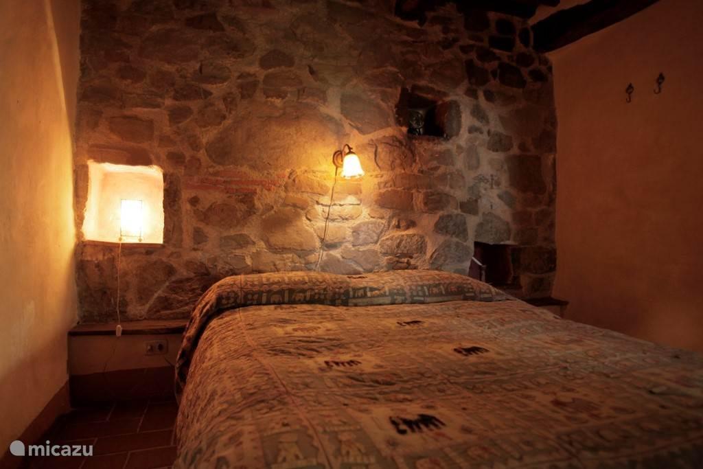 Slaapkamer Casa Grande met eeuwenoude stenen muur
