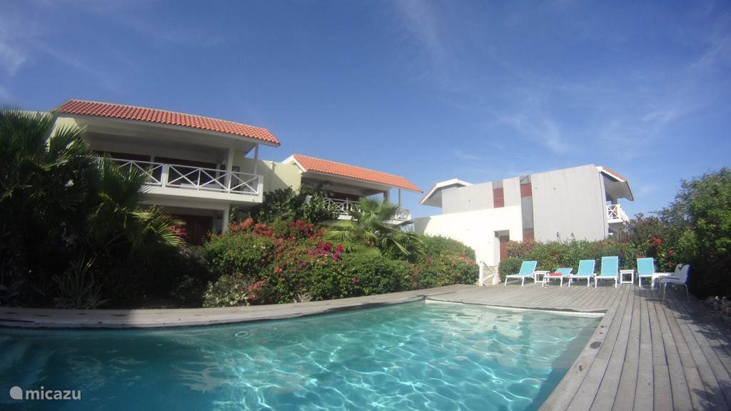 The luxury 6p. Hilltop 8 apartment is set in a tropical garden and has stunning sea views.