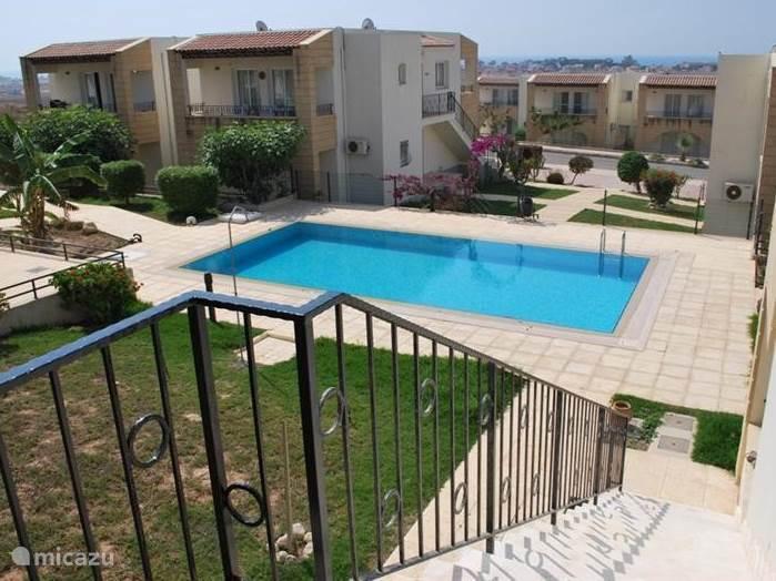 Het uitzicht vanaf het terras en de voordeur: het meest dichtstbijzijnde zwembad ligt op 3 meter van de trap naar het appartement!