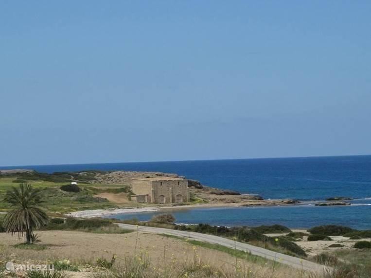 Dit is dus wat we bedoelen met 'onontdekt' ... Een oude opslagloods die meer dan 100 jaar oud is, een klein verlaten strand: ontdek nu Noord Cyprus en gebruik als uitvalsbasis Rhapsody in Blue.