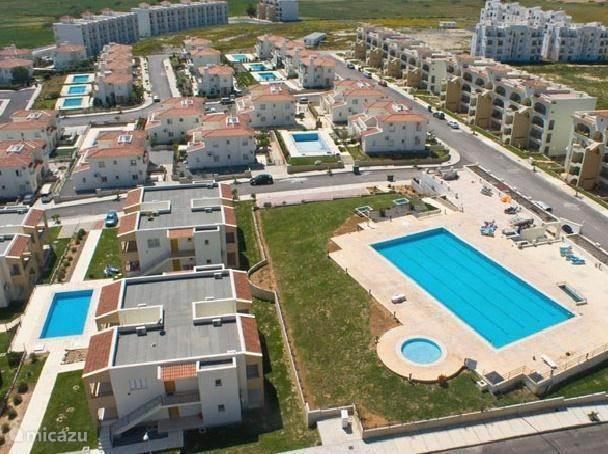 Luchtfoto met het olympische zwembad goed zichtbaar. Rhapsody in Blue is het apartement waarvan de trap zichtbaar is, tussen het olympische zwembad en het zwembad links op de foto.