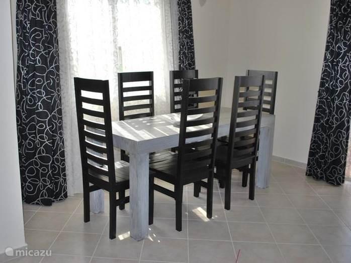 De eettafel biedt ruim plek aan 6 personen.