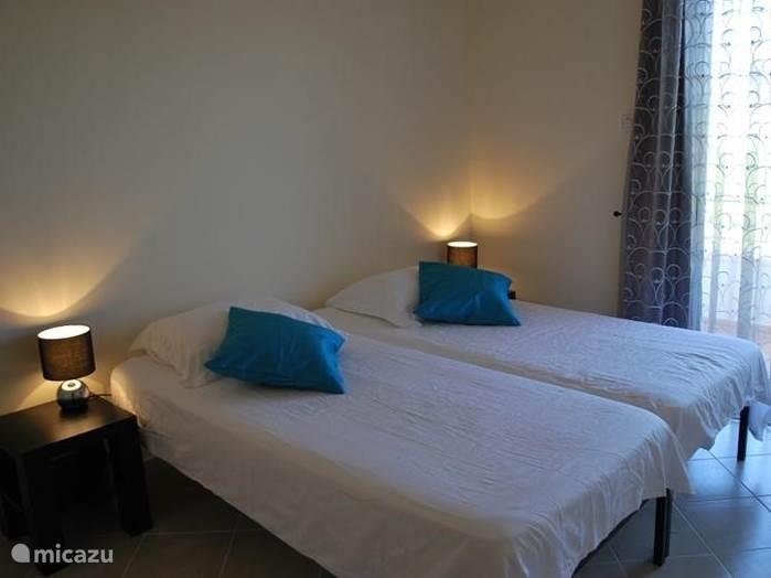 De slaapkamers zijn stijlvol ingericht en de bedden zijn voorzien van zeer goede kwaliteit matrassen. Uiteraard zijn de bedden opgedekt op het moment dat u aankomt in het appartement.   In iedere slaapkamer treft u verder een ruime kastenwand aan.