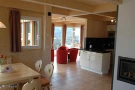 Eetkamer, keuken en serre met een fantastisch uitzicht op het dal.