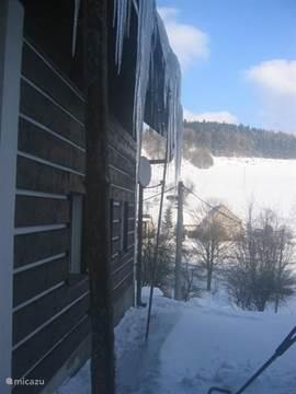 een doorkijkje naar een winters landschap
