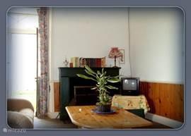 Woon-/slaapkamer met houtkachel (stookhout is voorradig).