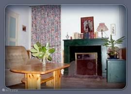 Nogmaals een foto van de woonkamer met houtkachel.