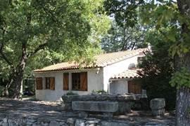 Het prachtige huis omringd door groen met aangrenzende terrassen en prive zwembad.