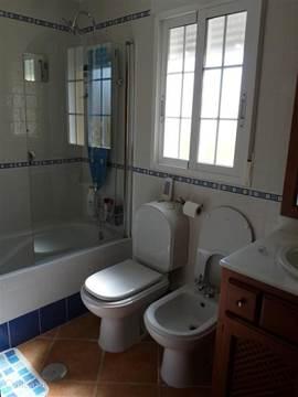 Badkamer boven met bidet, ligbad en douche met massagejets.