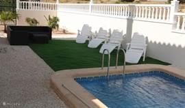 Zwembad met loungeruimte