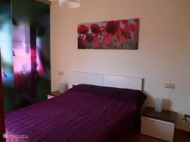 Hoofd slaapkamer met 24 inch flatscreen tv.