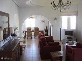 Ruime woonkamer met airconditioning (verwarmen en koelen).