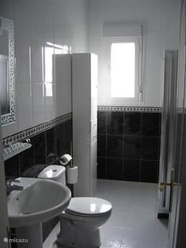 Badkamer 2 met douchecabine.