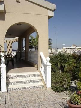 Een kleine opstap naar het terras en de ingang van de villa welke gelijkvloers is.