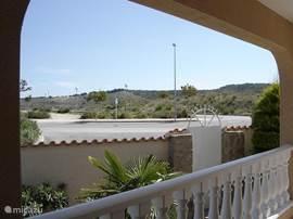 Uitzicht vanaf het terras, op de achtergrond de bergen tussen Guardamar del Segura (kust) en Rojales.