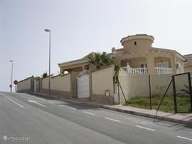 De villa vanaf de straat gezien.