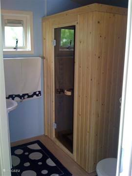 Complete badkamer met infrarood sauna.