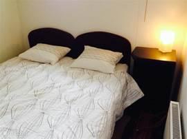 Knusse slaapkamer met boxspring.