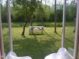 Prachtig uitzicht uit de dubbele tuindeuren.
