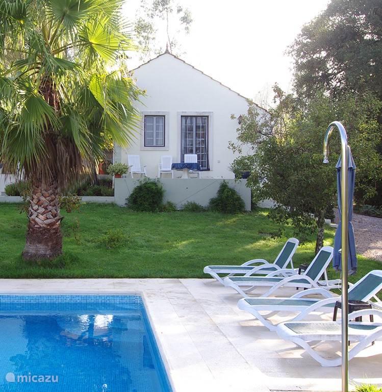 Zwembad en aangezicht huis