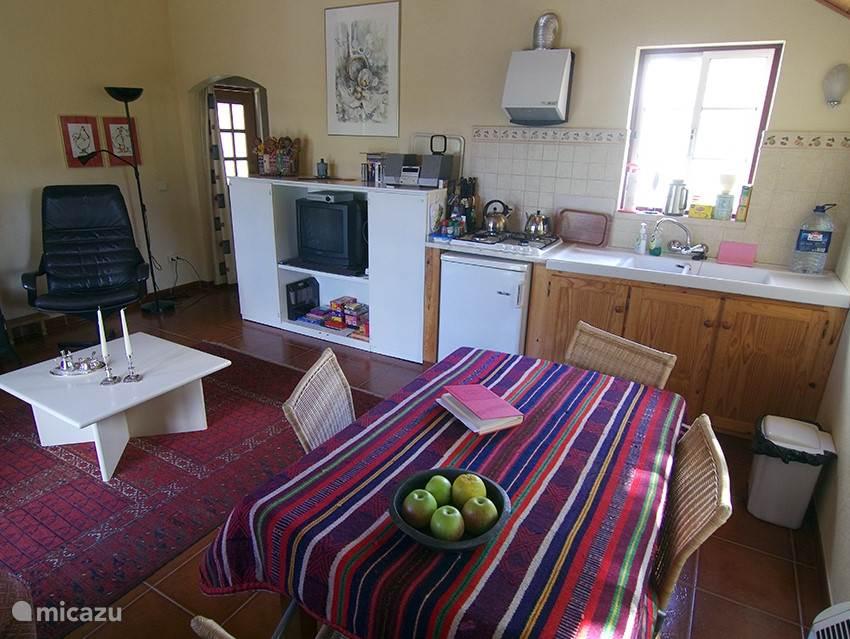 Aanzicht op keuken met eettafel.
