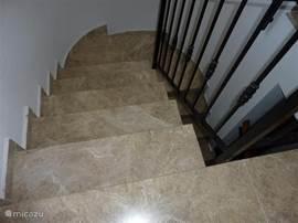 Marmeren vloer en trap bovenaan trap rechts heerlijke patio/terras met zitje