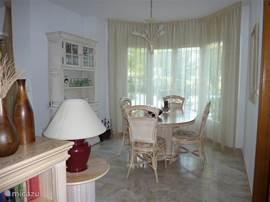 Eetkamer 6 stoelen aanwezig