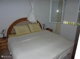 slaapkamer 1 met  3 inbouwkasten Kluis aanwezig airco aanwezig
