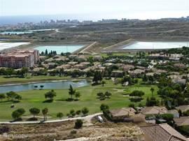 Zicht op golfbaan, de villa en de zee Afstand tot de zee ± 3km.