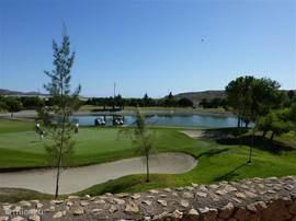 De  18-holes golfbaan is behoorlijk technisch aangezien u de nodige meren dient te ontwijken en een sterke slag door de altijd aanwezige bries