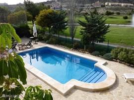 Lekker in het prive zwembad voor verkoeling na een dagje strand of golfbaan  en het  zicht op de golfbaan