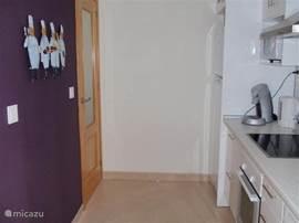 De ruime keuken is van alle gemakken voorzien.