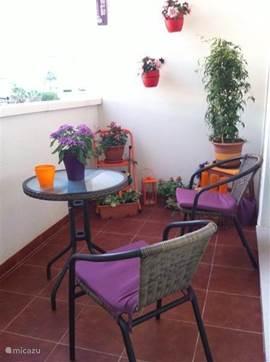 Het terras beneden heeft een parasol om ook in het hoogseizoen gezellig te ontbijten of 's avonds heerlijk nog na te genieten van een heerlijk dagje onder het genot van een drankje .