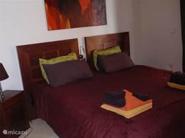 Slaapkamer op de 2e verdieping met toegang tot één van de drie terrasssen. Twee éénpersoonsbedden (90x200cm) die samen een tweepersoonsbed kunnen vormen.